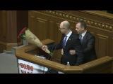 [HD] Драка в Украинской раде 11 декабря 2015 / Олег Барна подарили букет красных роз Арсению Яценюку