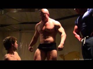 Il grande BRAD e un suo amico muscoloso dominano un ragazzo