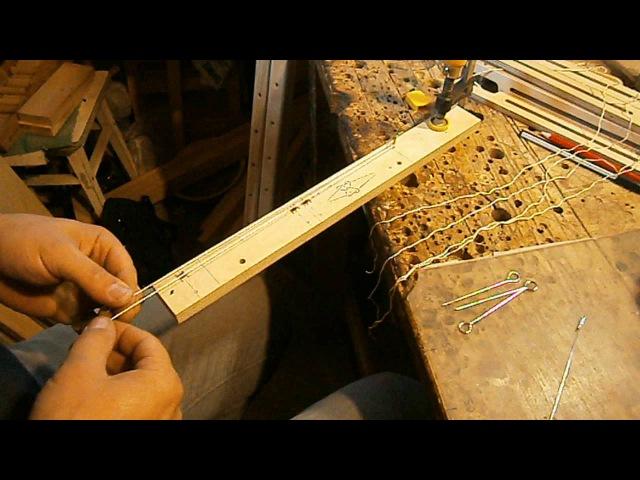 Вязание капроновых нитченок на простейшем приспособлении.