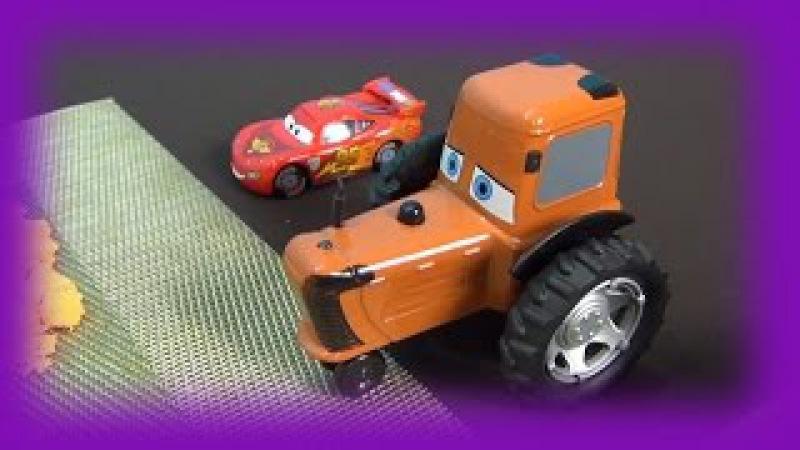 The Cars in italiano. Holly Deluxe bloccata in sabbia. McQueen salva Holly. Giochiamo Disney Cars