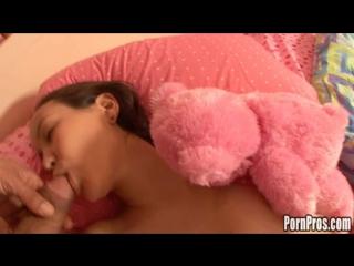 извращенец трахает спящую японскую девушку