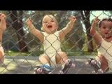Смешные малыши танцуют брэйк данс!