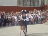 Танец на выпускном взорвал интернет