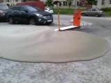 На парковку ТРК Атлантик Сити в Петербурге пробился бетон из подземли