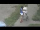 Скандальное видео  молодая кормящая мама пьёт пиво на улице с коляской Ужас Кошмар