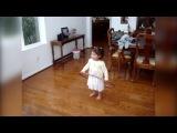 Маленькая девочка и хула хуп