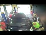 девушка за рулем сбила механика в автосервисе Феникс Авто
