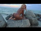 Большая попка и упругие сиськи сексуальной девушки на пляже