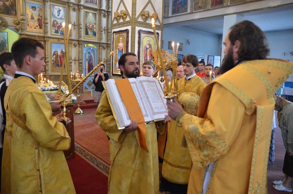 Архиепископ Пятигорский и Черкесский Феофилакт совершил всенощное бдение в Петропавловском храме станицы Зеленчукской