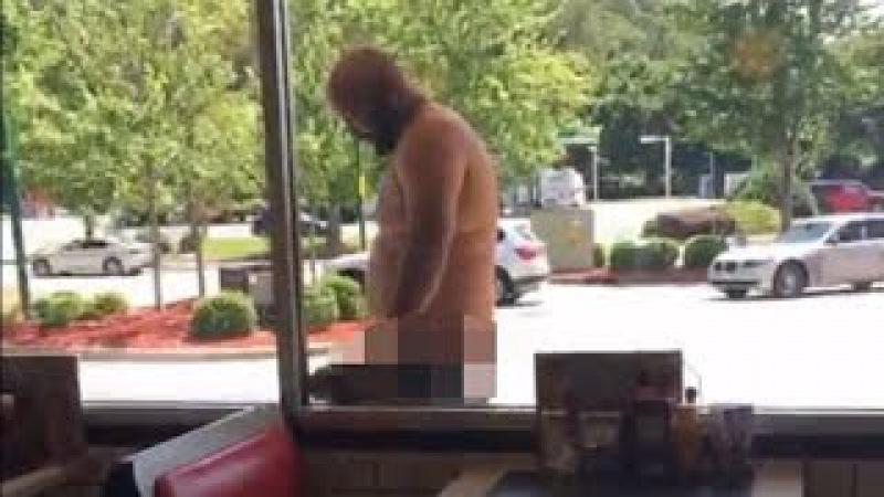 Peladão na lanchonete, Homem tenta invadir restaurante pelado, maluco, noticias bizarras.