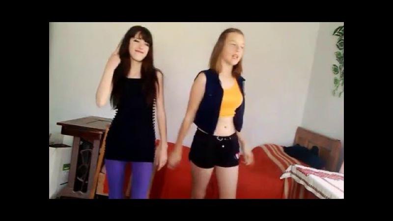 Челлендж: Ірена Ді та Аня Тейл показують деякі рухи для танцю)