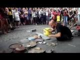 Необычный уличный музыкант демонстрирует свое мастерство
