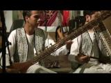 Афганская молодежь играет национальную музыку