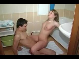 Секс в общаге молодую девочку ебут в туалете