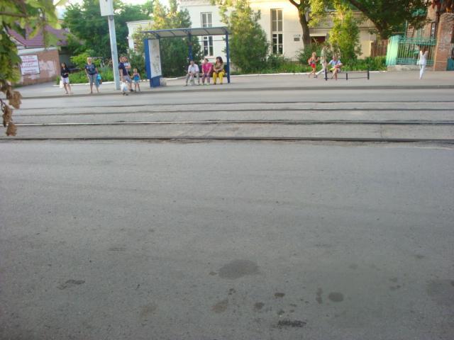 В Таганроге автоледи за рулем Toyota Yaris сбила 15-летнюю девочку на трамвайной остановке