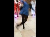 Пьяная девушка дико отжигает на корпоративе