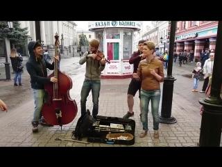 Диляра Умарова спела песню Такого как Путин с уличными музыкантами.