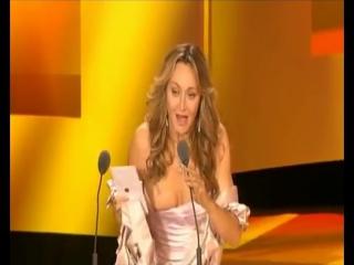 Случайно показала голую грудь на сцене