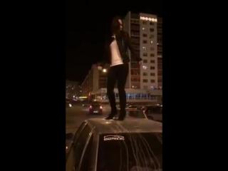 Девушка танцует на крыше. Уфа. Башкирия.