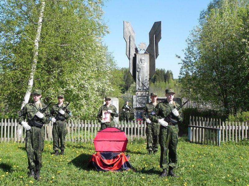 солдаты гроб памятник
