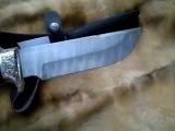 Нож выполнен из дамасской стали,мельхиоровым литьём и резной рукояти из венге.