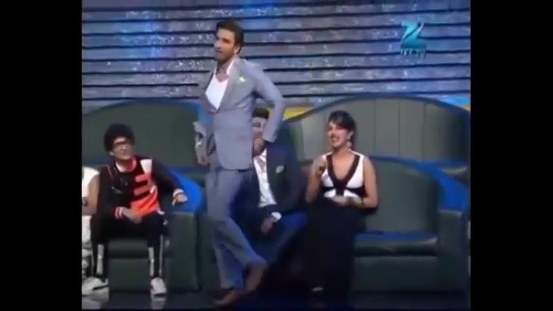 Ранвир пародирует танец Приянки Чопра Asalaam e Ishqum