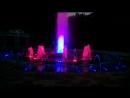 Красивый цветной фонтан.