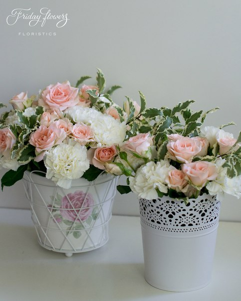 Цветочные композиции на свадьбу. Состав: кустовые розы Свит Сара, диантус, питоспорум.