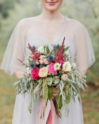 Букет №63 (свадебный). Состав: кустовые пионовидные розы Бомбастик, розы Пиано Пинк, эустомы, эрингиум, астильба, эвкалипт.