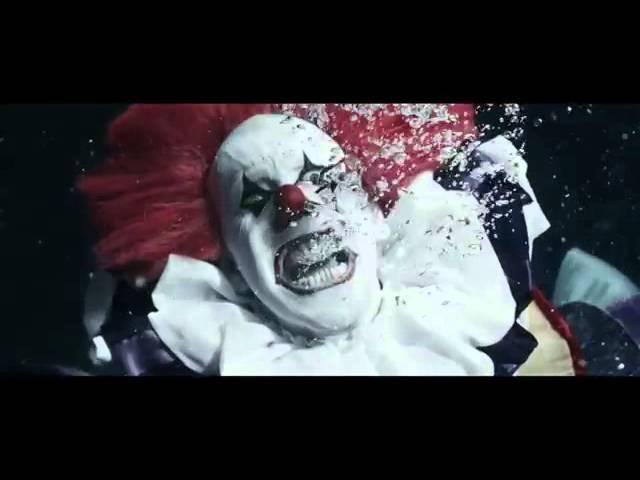 Клоун тонет в воде