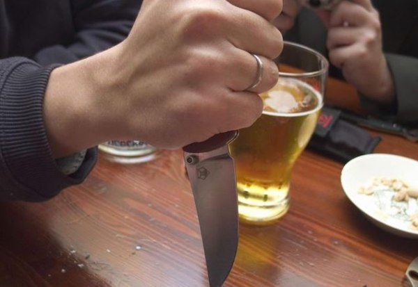 Пьяный таганрожец ударил ножом своего знакомого
