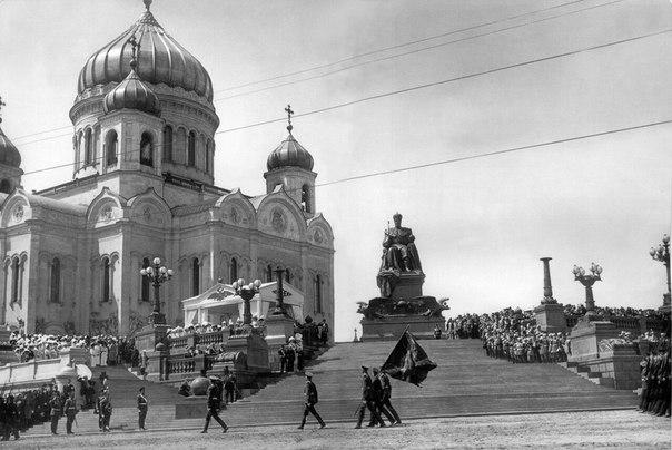 Памятник императору Александру III в Москве у