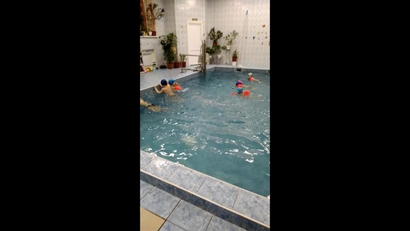 Женя плавать научился!