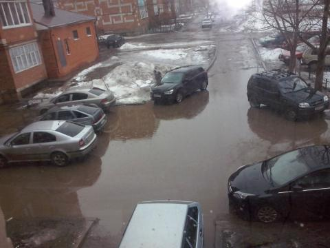 Житель Чистополя пожаловался на затопленный двор на улице Мира – «Народный контроль»