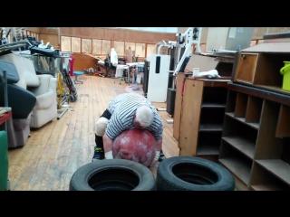 Валентин Дикуль поднимает камень весом в 160 кг в свои 65 лет