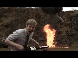 Больной на всю голову сантехник-инженер сделал пушку, стреляющую термитными зарядами.