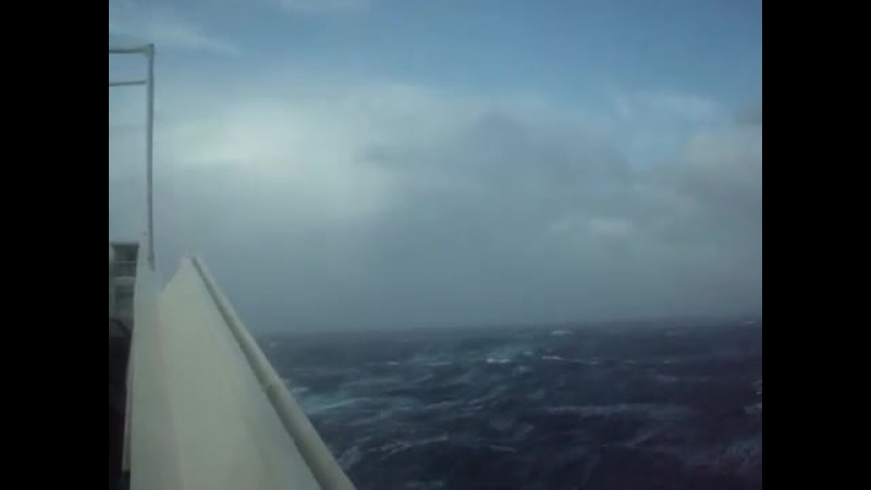 Тихий океан шторм 9 баллов высота волны 32 метра