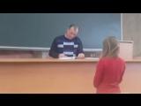 Преподаватель проверяет лекции (1)