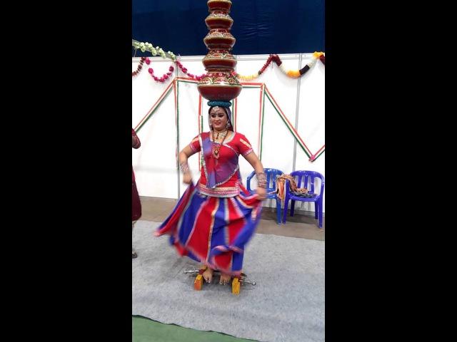 Женщина из Индии танцует