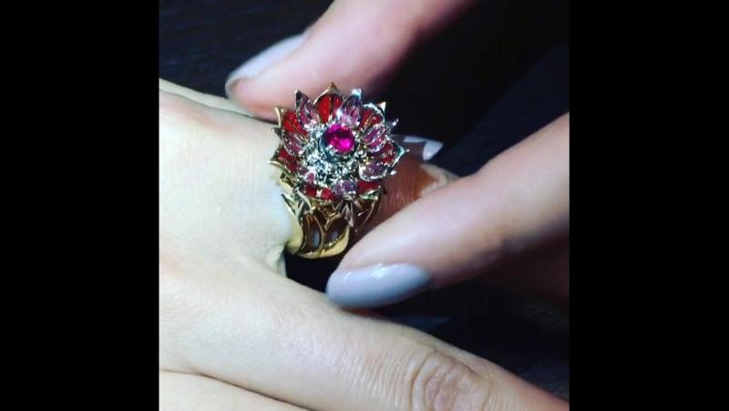 «Живые» кольца URANTI На ваших глазах происходит таинство: золотой бутон кольца LILY медленно распускается, открывая безупречн
