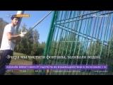 Гонщик на Gelandewagen красит забор на детской площадке в Щербинке