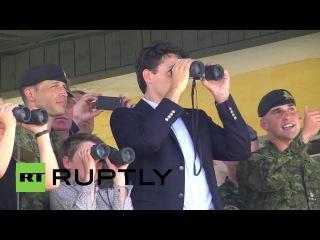 Украина: Джастин Трюдо инспектирует войска во время официального визита в Украину.