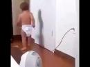 Малыш испугался пылесоса
