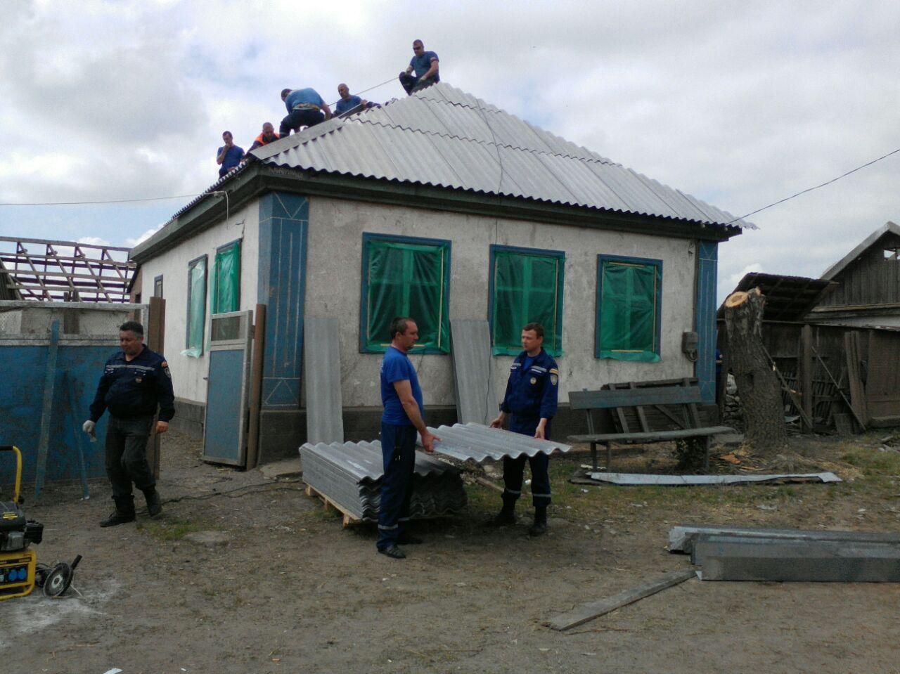 В Ростовской области пронесся ураган, смерч поднимал в воздух трактора и коров. ВИДЕО