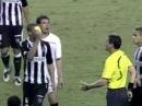 Jogador André Luiz da cartão amarelo para juiz