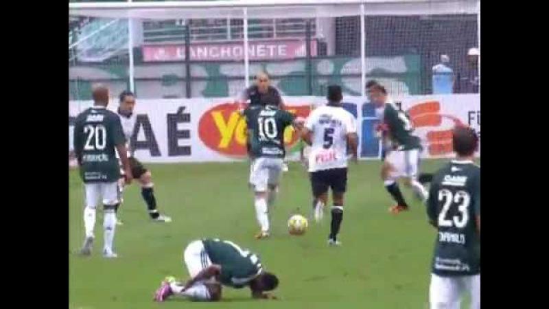 Valdivia dá chute no vácuo e sofre lesão no jogo Palmeiras x Corinthians