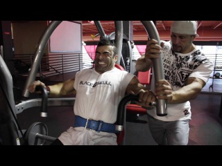 Eduardo Correa Trains Chest & Delts