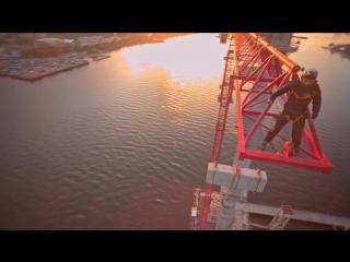 Бейсджамперы прыгнули с самого высокого крана в Петербурге