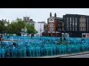 Тысячи голых синих человечков вышли на улицы британского города: видео 09.07.2016