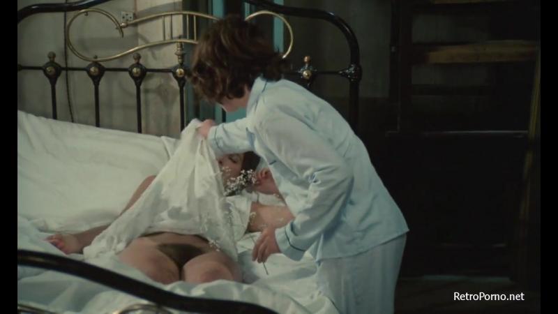 Сын раздел спящую маму (Инцест,подгладывание,голая грудь мамы,сиськи мошонка,мама,эротические сцены из фильмов,трогает
